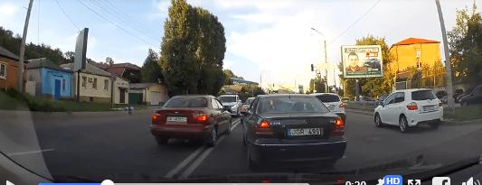 У Харкові копи проігнорували водія, який вилетів на зустрічну смугу перед їх авто (ВІДЕО)