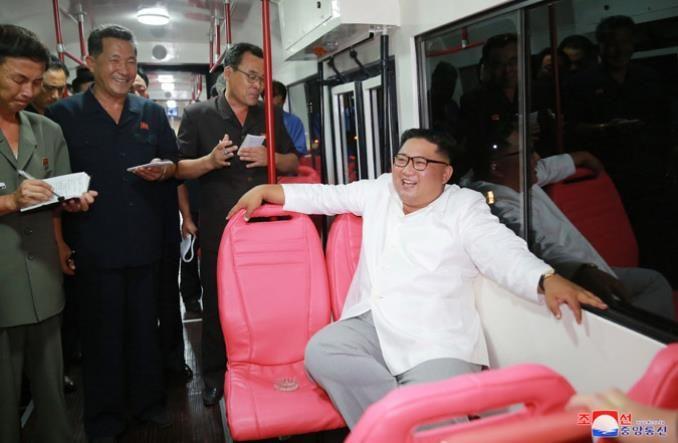 Кім Чен Ин проінспектував новий північнокорейський трамвай з салоном ніжно-рожевого кольору (фото)
