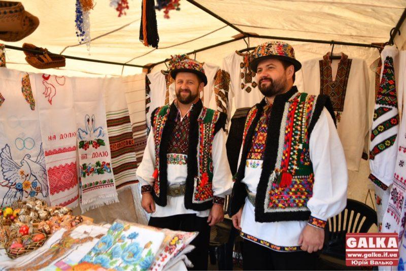 Запальні музики, колоритний одяг і весілля: у Франківську триває фестиваль гуцульської культури (ФОТО)
