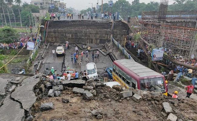 В Індії обвалився автомобільний міст, є жертви (ФОТО, ВІДЕО)