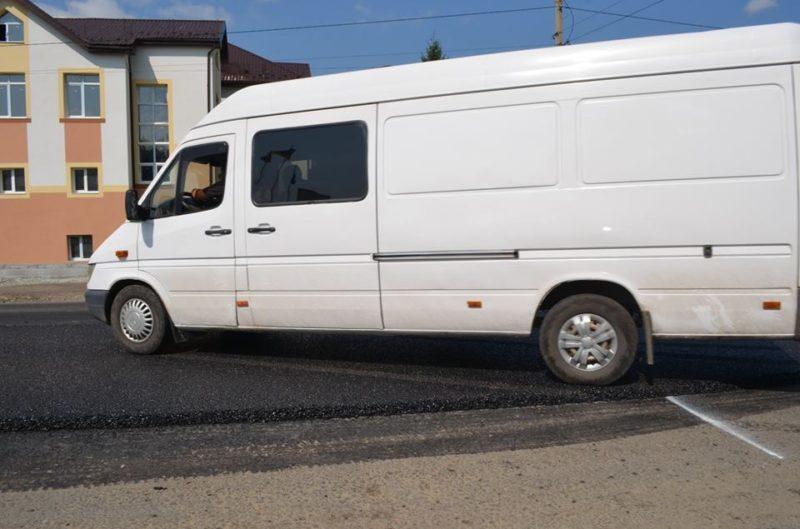 Дорожники області скаржаться, що керманичі псують свіжий асфальт на автошляху національного значення (ФОТО)