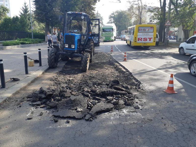 На вулиці Вовчинецькій почали ліквідовувати недоліки на дорозі (ФОТО)