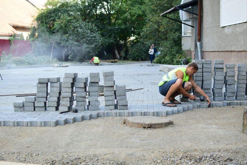 Черговий двір почали ремонтувати на Чорновола (ФОТО)