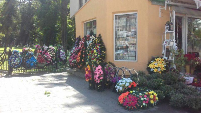 Муніципали закликають франківців не нести на кладовища штучні квіти