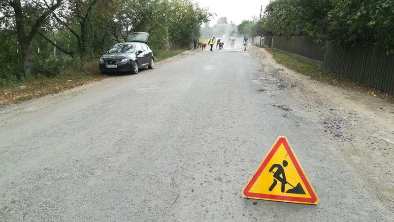 У селі під Франківськом люди самостійно взялися ремонтувати дорогу (ФОТО)