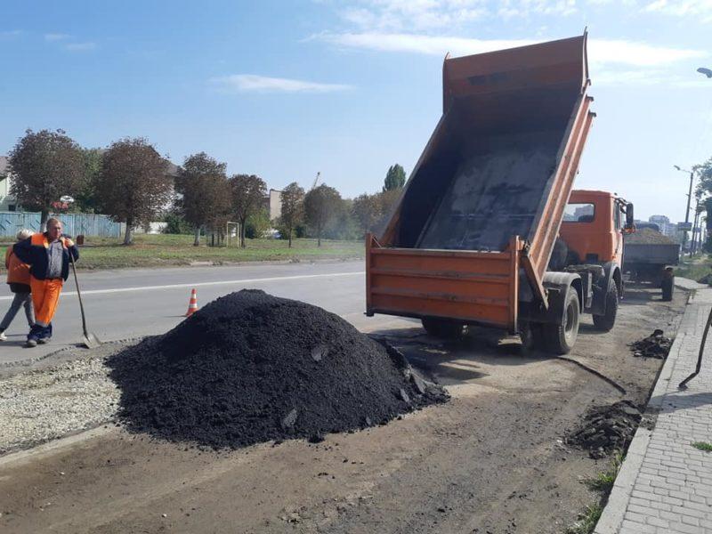На Надрічній ремонтують пошкоджені ділянки дорожнього покриття (ФОТО)