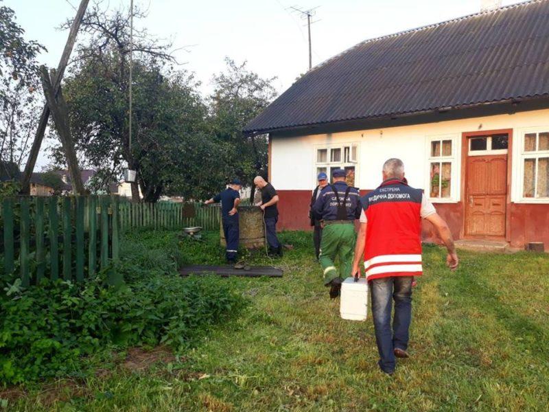 Калуські рятувальники витягнули жінку, яка впала у криницю (ФОТО)