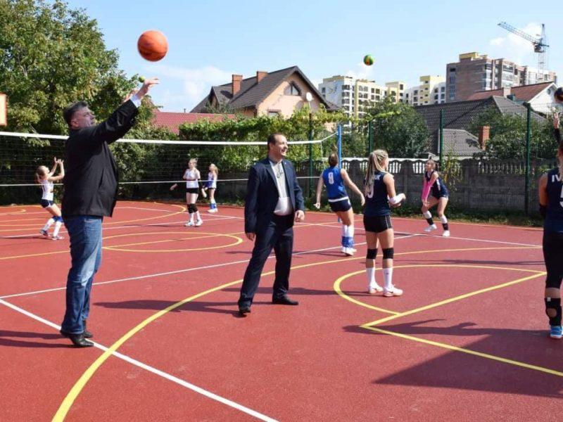 Ще одна франківська школа отримала новий спортивний майданчик (ФОТО)