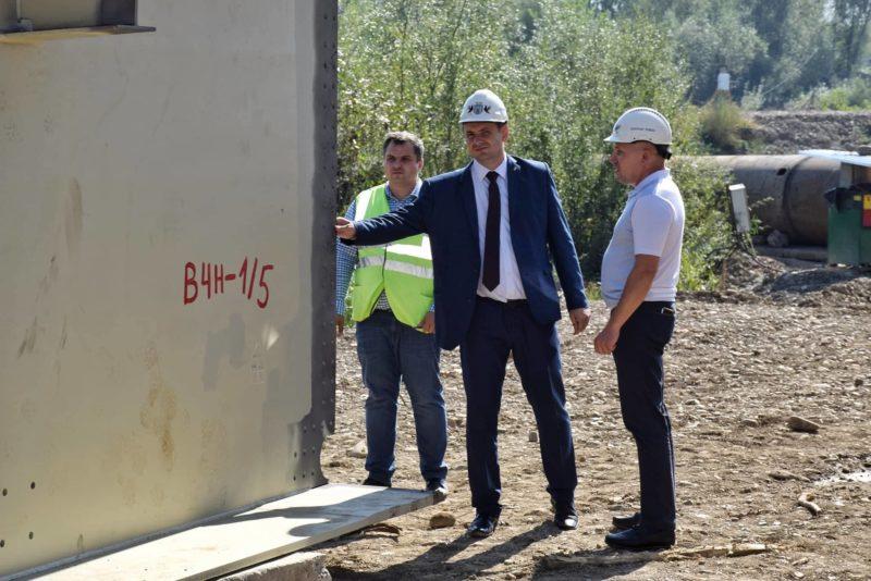 Міст на Пасічну: на будівництво привезли багатотонні металеві елементи майбутньої переправи (ФОТО)