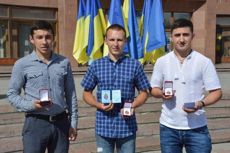 У Франківську відзначили двох молодиків, котрі взимку врятували чоловіка від смерті (ФОТО)