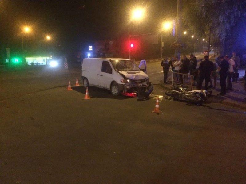 На Незалежності мікроавтобус не пропустив мотоцикліста, останній у лікарні (ФОТОФАКТ)