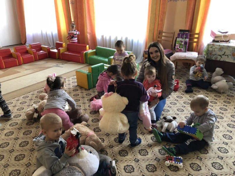 Франківські молодята просили гостей замість весільних подарунків приносити іграшки для сиріт (ФОТО)