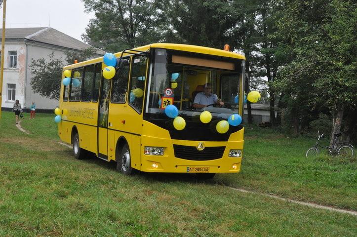 Сільській школі на Тисмениччині подарували новий автобус (ФОТО)