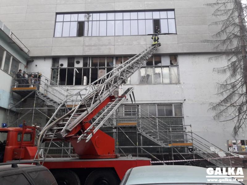 """На Сахарова загорівся фасад """"Промприладу"""" (ФОТО, ВІДЕО, ОНОВЛЕНО)"""