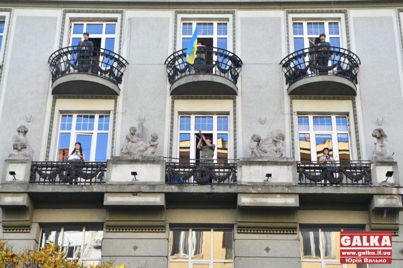 Франківські пластуни влаштували ефектний флешмоб на фасаді одного з центральних будинків міста (ФОТО)