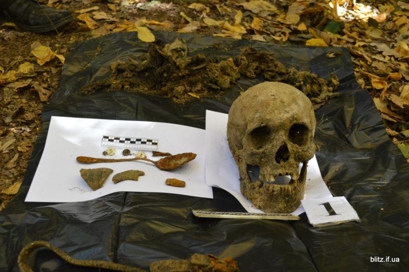 У лісі на Тисмениччині виявили загадкове поховання (ФОТО)