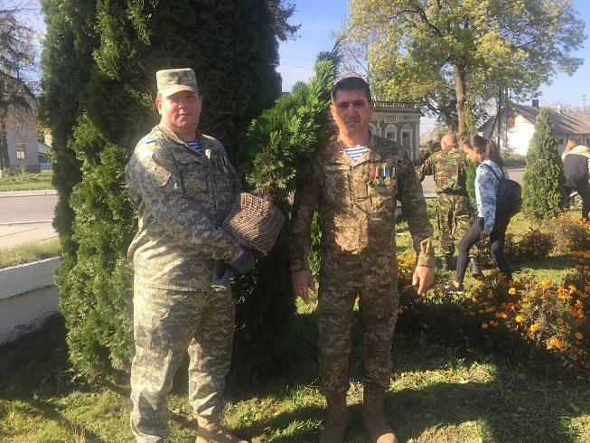 Небайдужі бурштинці висадили 40 туй на могилі борцям за волю України (ФОТО)