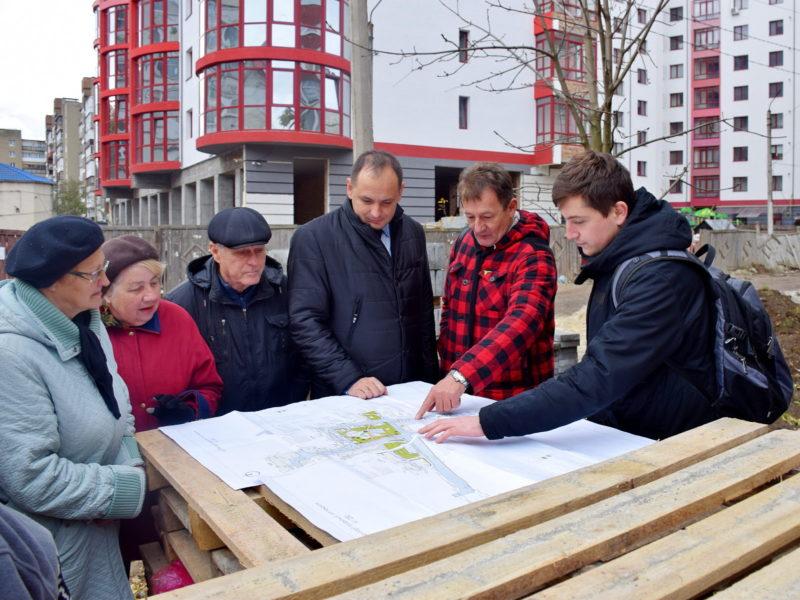На Хоткевича триває ремонт великого двору (ФОТО)