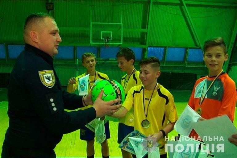 Як прикарпатські підлітки змагалися з поліціянтами у футбол (ФОТО)