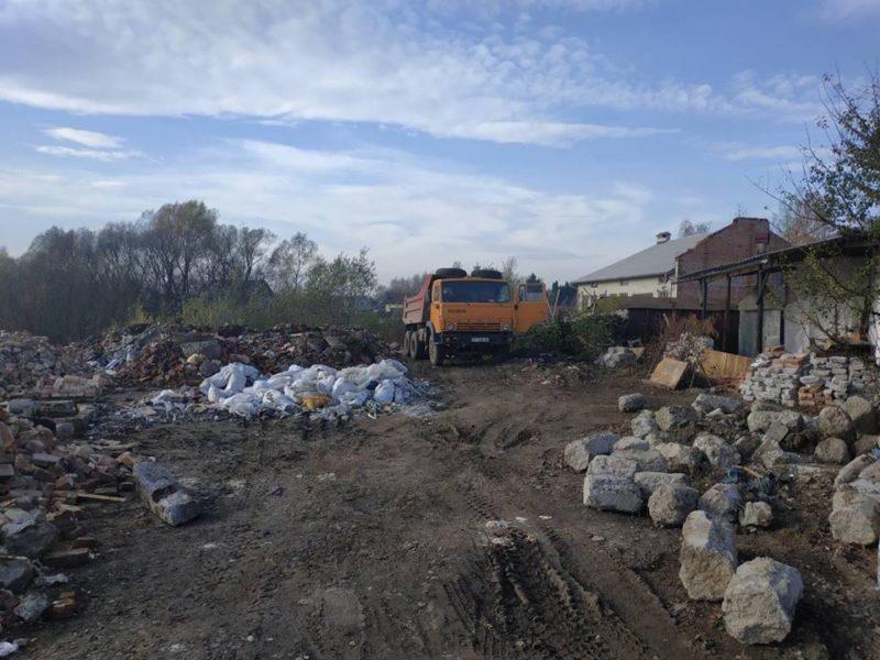 У Франківську тонни будівельного сміття скидали в річку Бистриця (ФОТО)