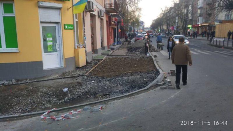 """У Франківську на Військових ветеранів облаштовують тротуар з """"антикишенею"""" (ФОТО)"""