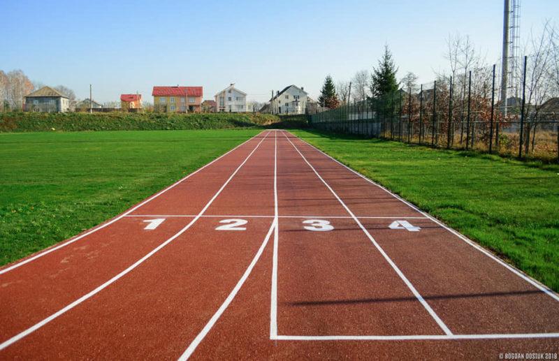 На стадіоні в Угорниках оновили бігові доріжки (ФОТО)