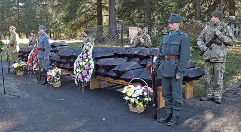 У прикарпатському селі перепоховали рештки воїнів, полеглих у Першій світовій (ФОТО)