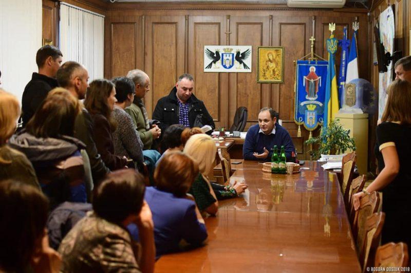 Комісія не змогла обрати нового директора франківської школи. Обурені батьки й учителі прийшли до Марцінківа (ФОТО)