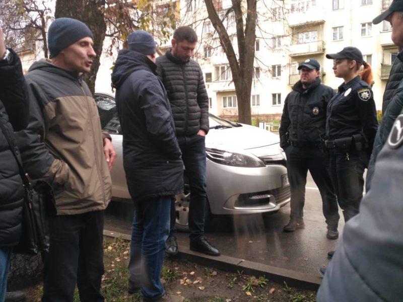 Блокувальники франківської митниці прийшли до керівництва – на роботі начальника не застали (ФОТО)