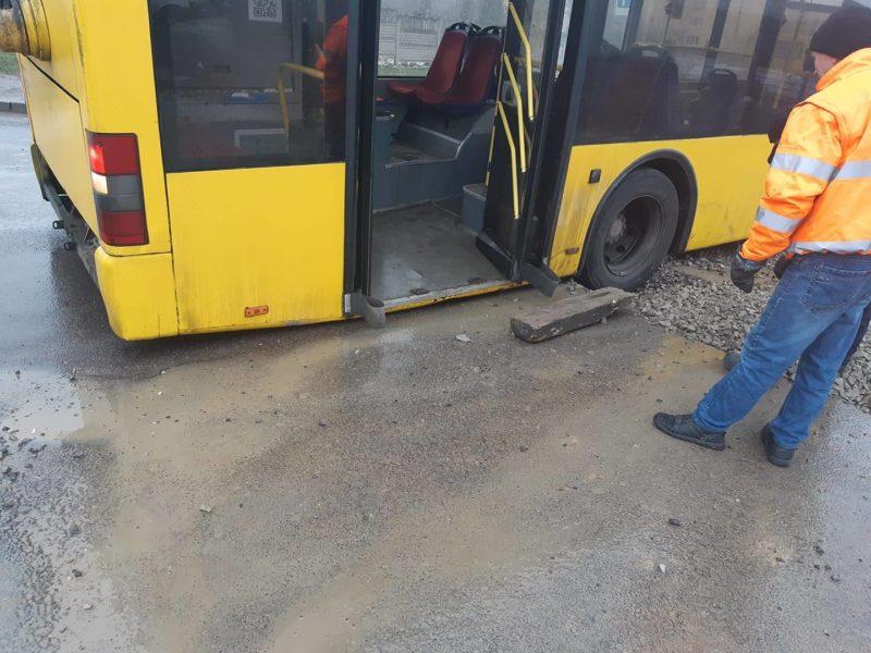 На Пасічній через розкопку дороги один тролейбус застряг у землі та ще два – заблоковані (ФОТОФАКТ)
