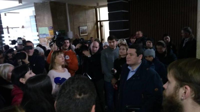 Незадоволені батьки опришівецької школи вимагають у влади змінити директора (ФОТО, ВІДЕО)