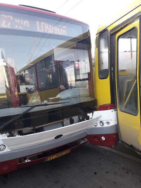 У центрі міста маршрутка зіткнулася з комунальним автобусом (ФОТО)