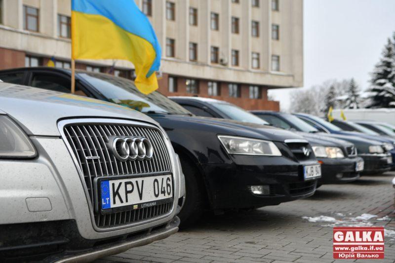 """Близько сотні власників автівок на """"бляхах"""" припаркувалися на площі перед ОДА – вимагають владу """"почути їх"""" (ФОТО)"""