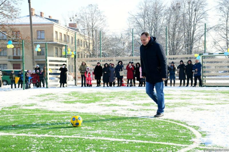 Чергова франківська школа отримала футбольний майданчик зі штучним покриттям (ФОТО)