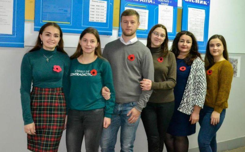 """Франківські студенти провели акцію """"Мак пам'яті"""". Зібрані кошти використають на впорядкування військового поховання"""