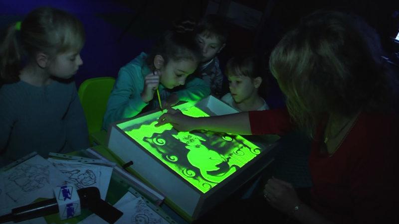 Як коломийська художниця вчить діток на піску малювати (ВІДЕО)