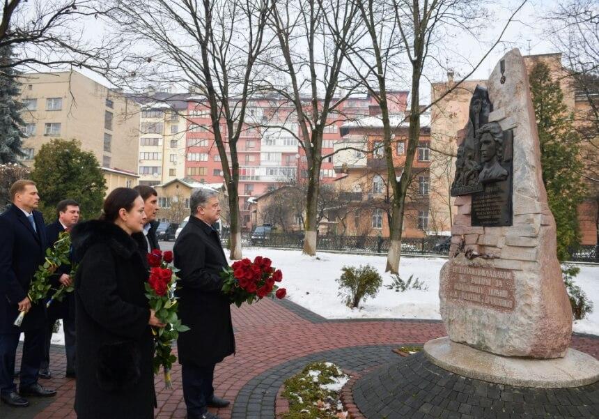 Президент на Прикарпатті вшанував пам'ять героя Небесної Сотні Романа Гурика
