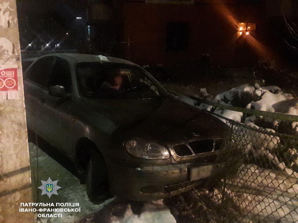 У Франківську п'яний водій без документів влетів у паркан (ФОТОФАКТ)