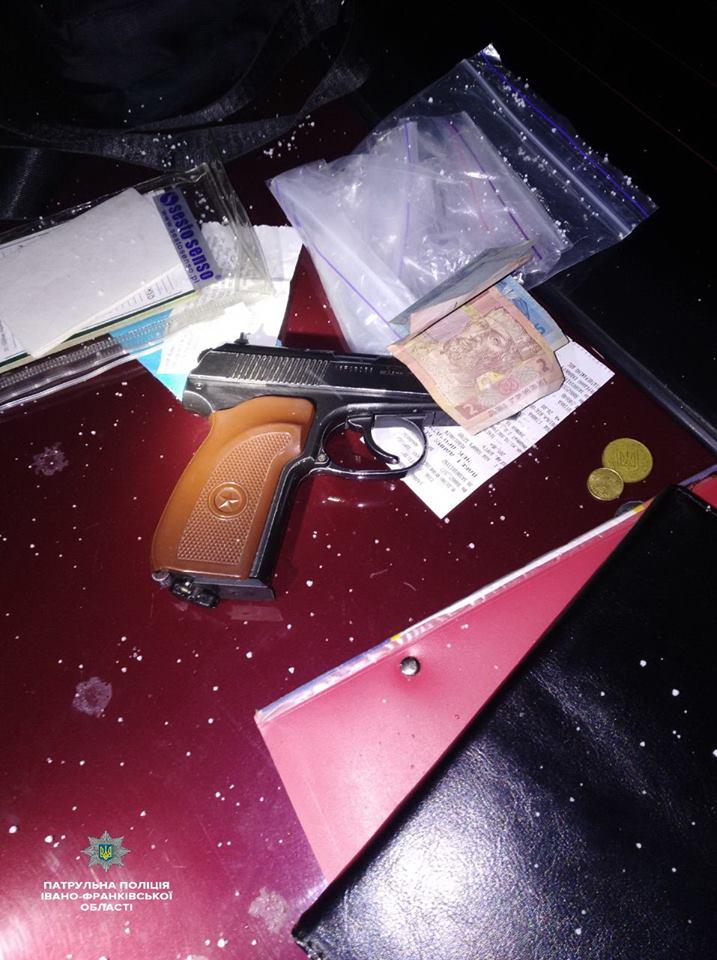 У Франківську спіймали п'яного водія з чужими документами, зброєю і наркотиками (ФОТО)