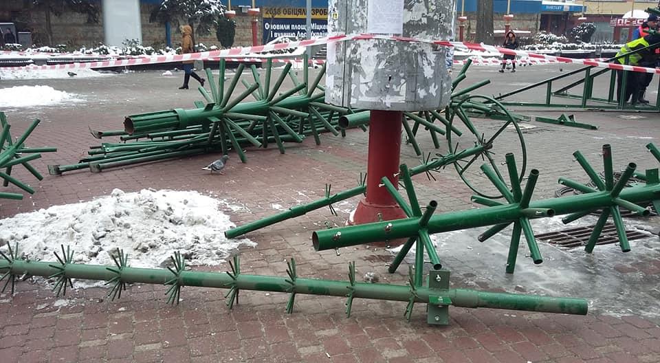 В Івано-Франківську почали монтувати головну новорічну ялинку (ФОТОФАКТ)
