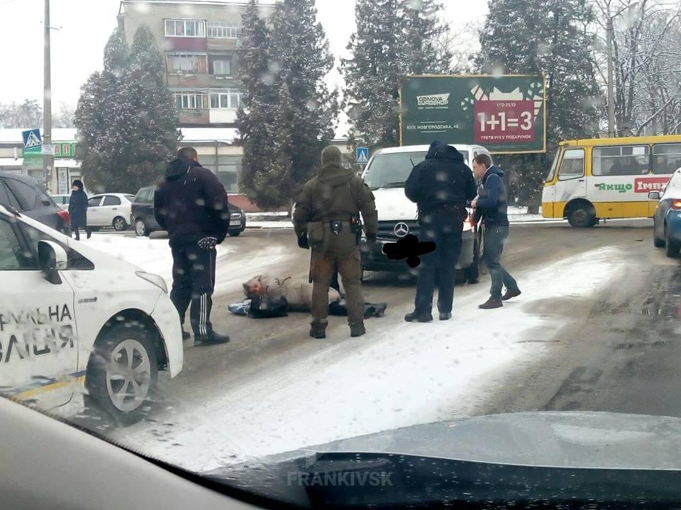Жінка, котра на переході потрапила під колеса машини у Франківську, померла